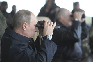 Image: Russian President Vladimir Putin watches the closing stage of Zapad 2013