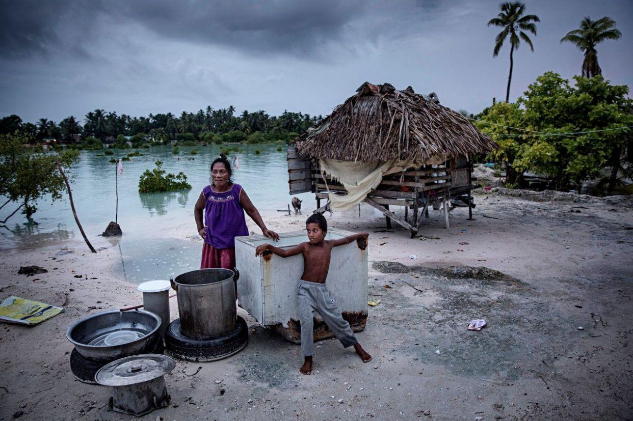 海抜の低い太平洋の島国は、完全に海の下に沈んでしまう恐れがある。 <br><br> 10万5000人が住み、33の島国からなるキリバスは平均標高が2mもない。Webマガジン「<span>Slate</span>」によれば、パリの気候変動会議でアノテ・トン大統領は「島に人が住めない状態になった時は島民を保護するとフィジーが申し出てくれている」と語っている。 <br><br> 上の写真は9月に撮影された。キリバスの村民ベイア・ティームは、以前は3~4年に一度起こっていた異常な高潮が今は3カ月おきに発生し、ほとんどの井戸が海の下に沈んでしまった、と話す。 <br><br> キリバスに助けの手を差し伸べたフィジーも、自然災害に直面している。10月に行われた太平洋諸国の会議でラトゥ・イノケ・クンブアンボラ外相は、気候に影響を受けやすい腸チフスやデング熱、レプトスピラ症、下痢性疾患がフィジーで再び増えていると述べたと<span>ガーディアン紙</span>が伝えている。