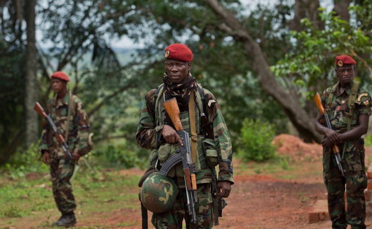 最も貧しい国の一つ中央アフリカ共和国は、大統領失脚後に内戦が激化している。そこに気候変動が加わり、さらに状況を悪化させている。 <br><br> 森林の研究機関「国際林業研究センター」の科学者のデニス・ソンワ氏は「状況に適応する能力をつければ、国を発展させることができます。誰もが参加できるような仕組みを作ることによって、紛争を減らし国内の緊張を和らげるでしょう」と語った。 <br><br> ソンワ氏によれば、中央アフリカ共和国では、いまだにかんがいシステムが整備されておらず、雨季に降る雨に頼る昔ながらの農法が使われている。 <br><br> 一方で、首都バンギでは何度も洪水が起き、年間平均700万ドルの損害が出ているとガーディアン紙は伝える。 <br><br> 上の写真は、アメリカ陸軍特殊部隊との会議が行われている建物を警備する中央アフリカ共和国軍の軍人だ。