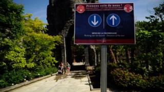 Park Pairi Daiza sign warning of social distancing