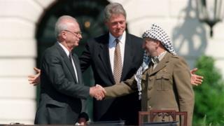 Yitzhak Rabin (l), Bill Clinton (c) and Yasser Arafat at signing of the Oslo Accords in Washington (13/09/93)