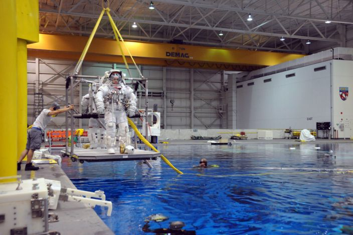 """Chris Cassidy is lowered into the Neutral Buoyancy Lab for a training session, March 24, 2009. <p class=""""copyright"""">US Navy</p>"""