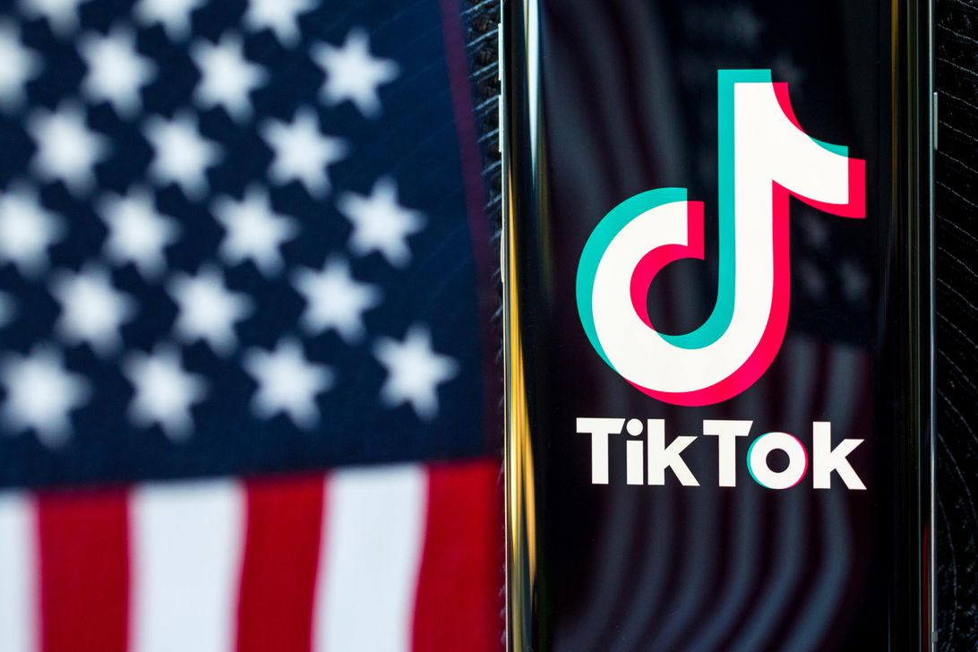 tiktok-logo-phone-app-united-states-flag-reflection-5286