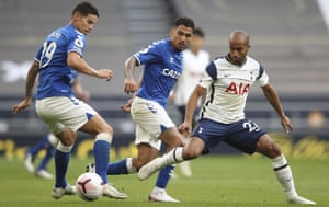Allan (centre) with fellow summer signing James Rodríguez during the 1-0 win at Tottenham on the opening day of the season.