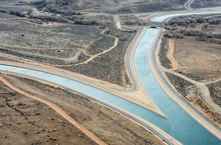 """<span class=""""caption"""">The California Aqueduct, which carries water more than 400 miles south from the Sierra Nevada, splits as it enters Southern California at the border of Kern and Los Angeles counties.</span> <span class=""""attribution""""><a class=""""link rapid-noclick-resp"""" href=""""https://pixel-ca-dwr.photoshelter.com/galleries/C0000knJL28McpOA/G0000gJKyl5gbEQU/I0000jXSI5vvAnAA/FL-Aqueduct-Y-Split-8042-jpg"""" rel=""""nofollow noopener"""" target=""""_blank"""" data-ylk=""""slk:California DWR"""">California DWR</a></span>"""